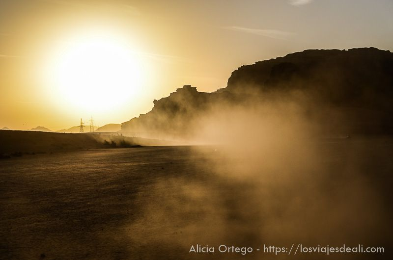 ccatardecer en desierto de wadi ruatardecer en desierto de wadi rum
