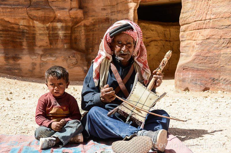Petra músico en las ruinas