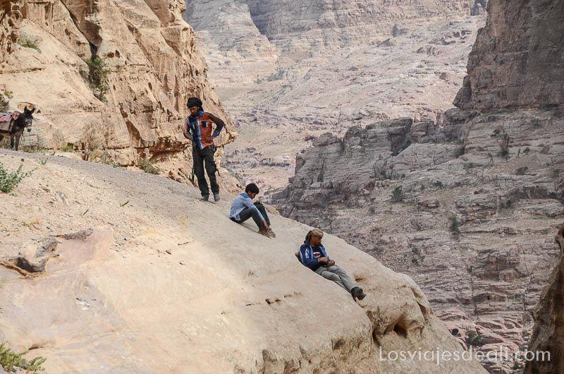 beduinos en el monasterio de Petra