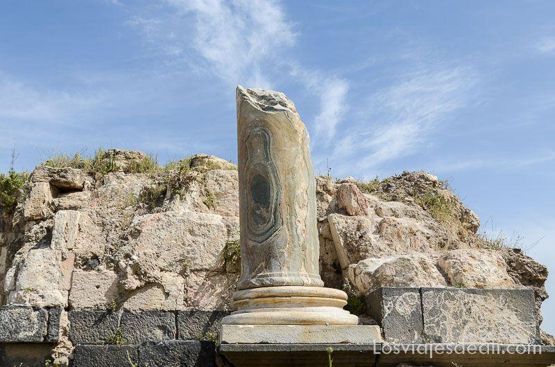 um qays y ajlum columna antigua