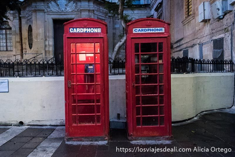 cabinas de teléfono británicas en La Valeta