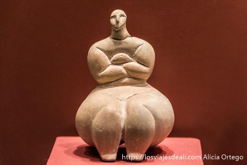 estatuilla de dama gorda con brazos cruzados en ggantija