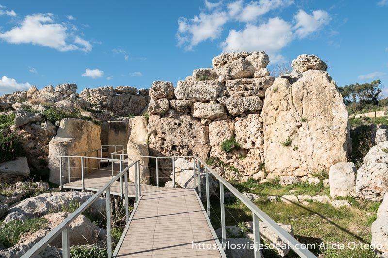 acceso con pasarela para visitar los templos de ggantija en Gozo