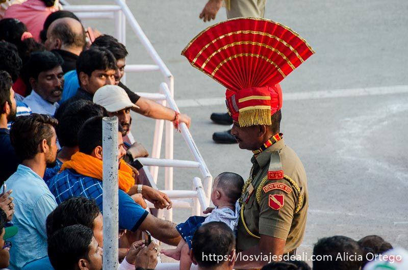 soldado indio en a ceremonia frontera india-pakistan