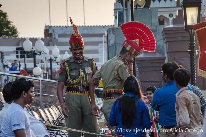 soldados indios en la ceremonia frontera india-pakistan