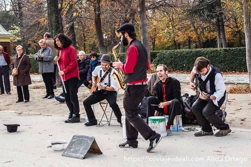 músicos tocando en el retiro