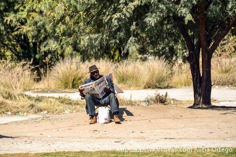 señor leyendo el periódico en rundu botsuana