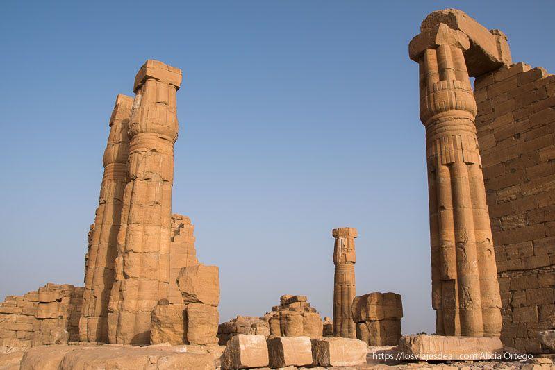 templo de soleb con altas columnas en forma de papiro cerrado al atardecer