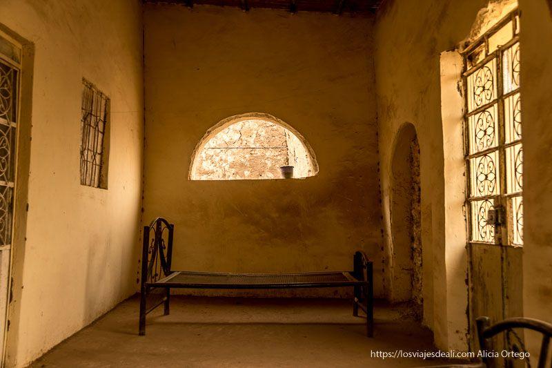 interior de una casa en al khandaq primer día en Sudán