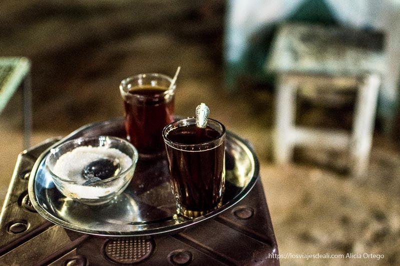 té en un puesto de Karima por la noche guía de viaje a Sudán