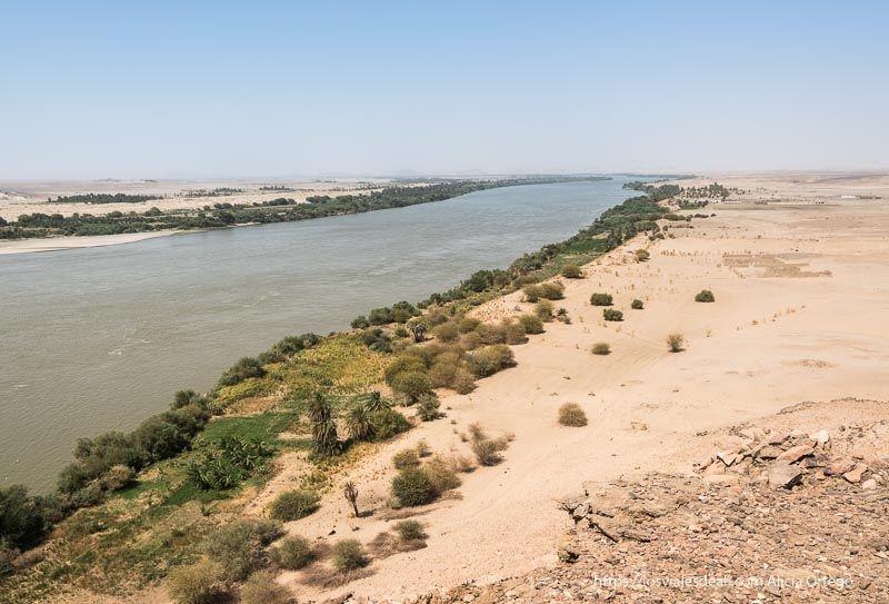 el río Nilo rompiendo la monotonía del desierto con sus orillas verdes guía de viaje a Sudán