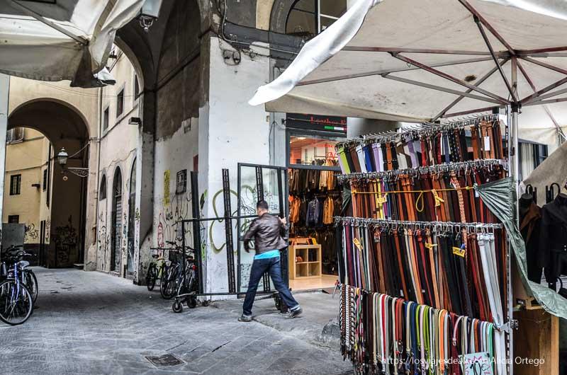 mercado y calle con arcos de florencia