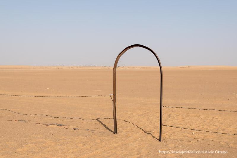 valla en medio del desierto yacimiento de kawa