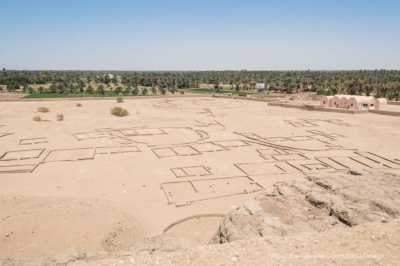 yacimiento de la antigua civilización de Kerma en Sudán con el oasis de fondo