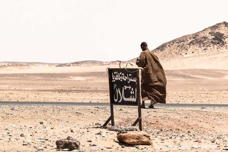 hombre en la carretera cerca de la tercera catarata del Nilo