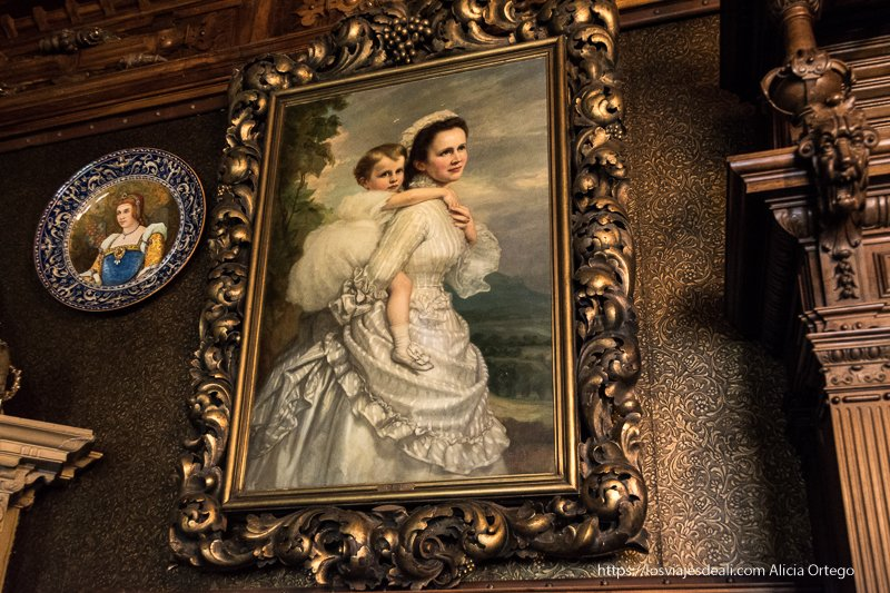 cuadro de la reina elisabeta con su hija en el castillo de peles en sinaia
