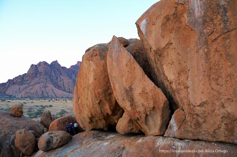 enorme roca cortada por los elementos en spitzkoppe