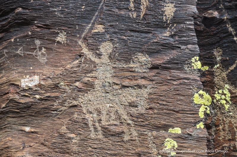 grabado prehistórico de guerrero con su escudo sobre su caballo