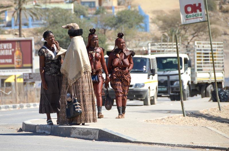 mujeres herero y himba en las calles de Opuwo Namibia