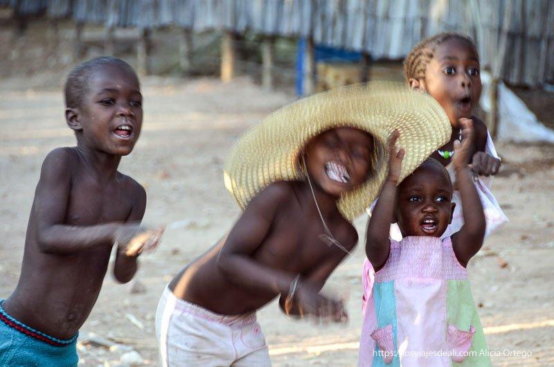 niños cantando en cataratas epupa