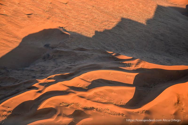 dunas rojas desde el aire al atardecer en el desierto del Namib