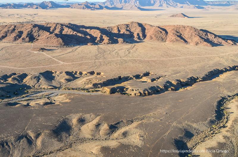 desierto del Namib desde el aire con montañas y curso de río seco