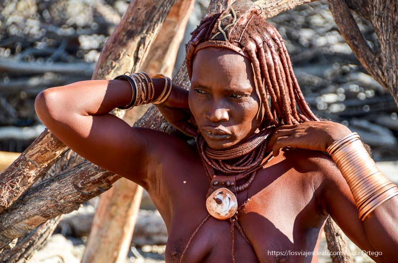 mujer himba con sus collares