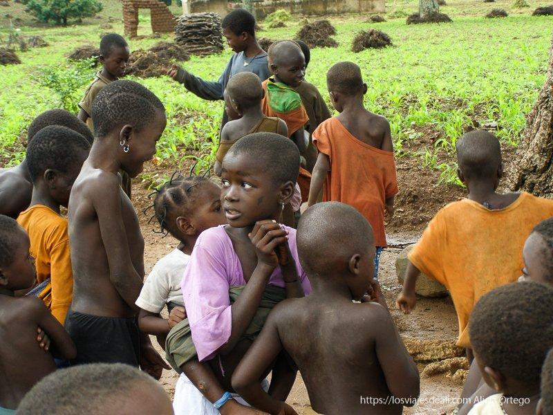 niños bailando al son de la música en sansana Burkina