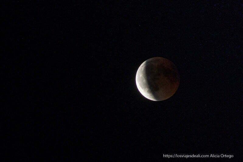 luna casi a la mitad saliendo del eclipse de luna 2018