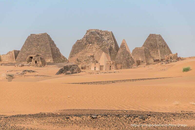 pirámides de Meroe de diferentes tamaños y algunas truncadas, entre dunas rojizas. Lugares que te pueden dejar con la boca abierta.
