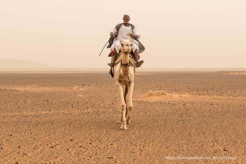 beduino cabalgando sobre su camello en las pirámides de Meroe