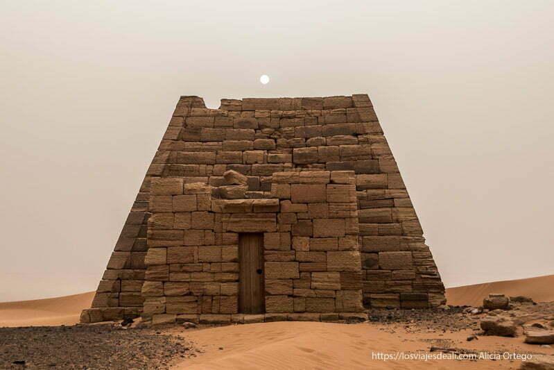 una de las pirámides de Meroe con el sol encima velado por la arena