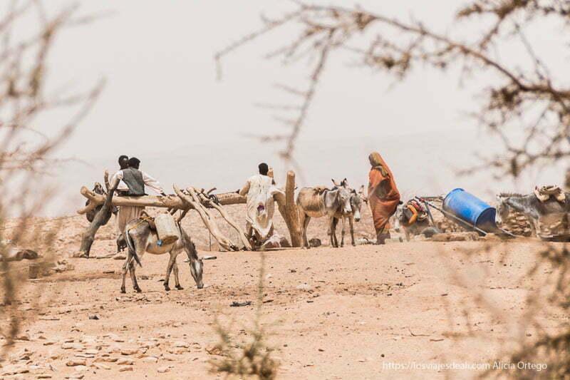 beduinos cogiendo agua de un pozo en Naqa, Sudán