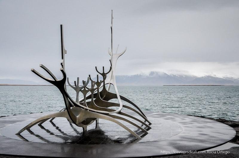 escultura de barco vikingo frente al mar en Reykjavik