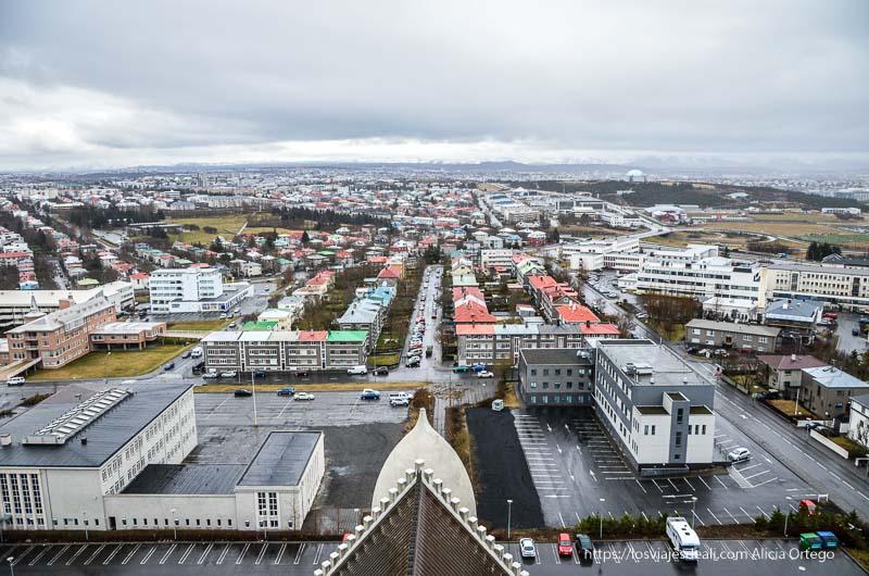 vistas de Reykjavik desde lo alto con calles rectilíneas