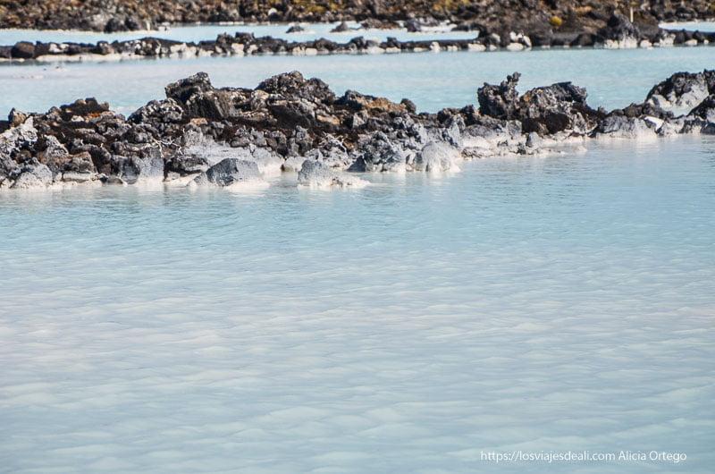 agua turquesa y piedras volcánicas en blue lagoon