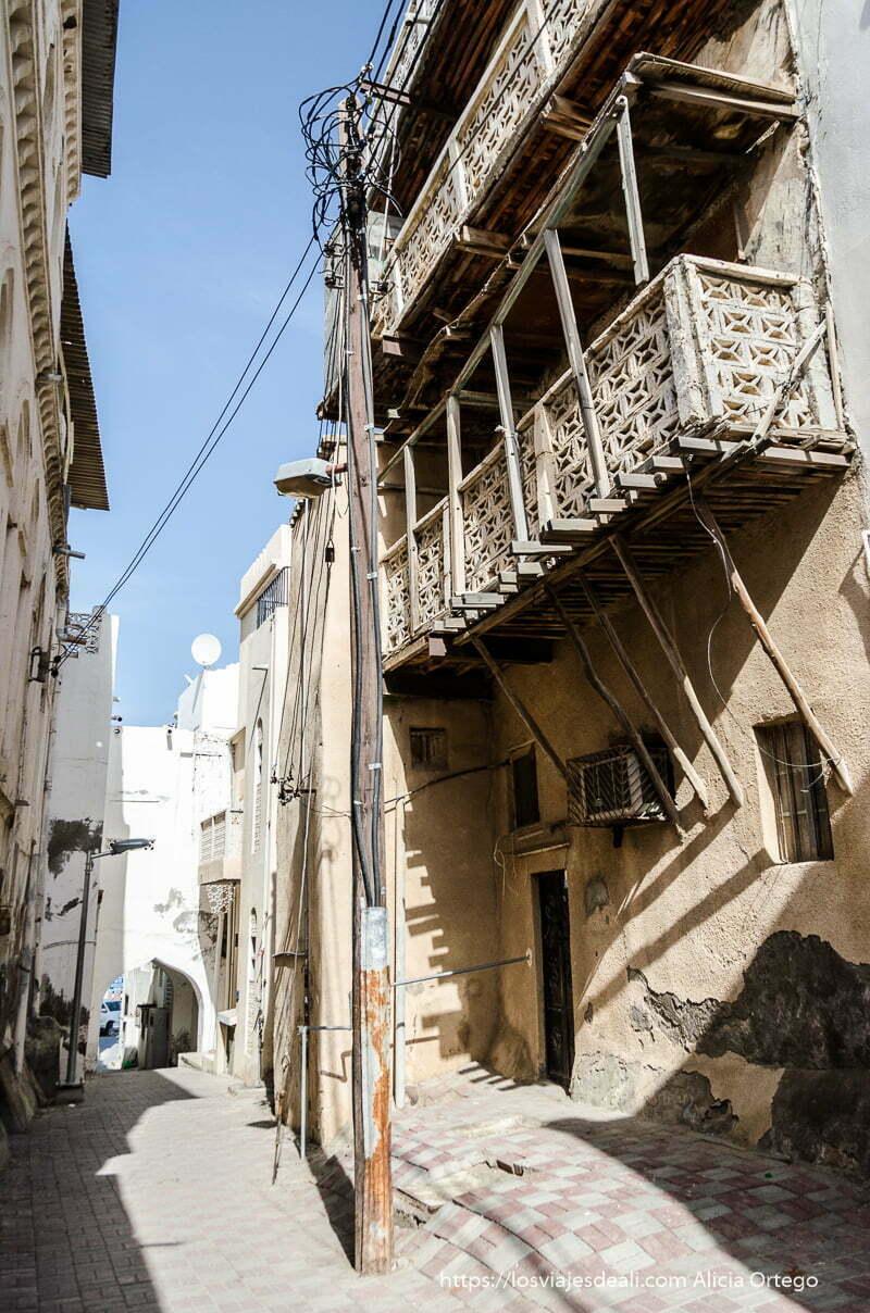 casas antiguas de Muscat de tres pisos con balcones