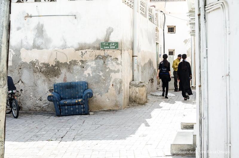 calles antiguas de Muscat con un viejo sofá azul