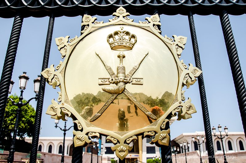 escudo del sultanato de Omán en el palacio de Muscat