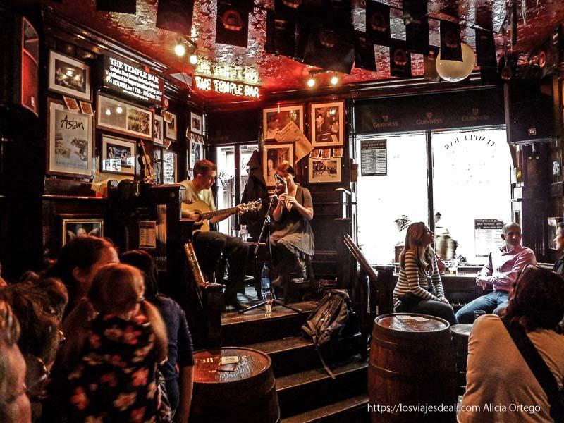 músicos tocando en un pub de temple bar en un paseo por dublin