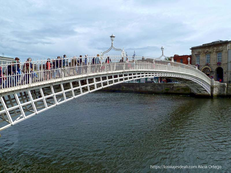 puente del medio penique en un paseo por dublin