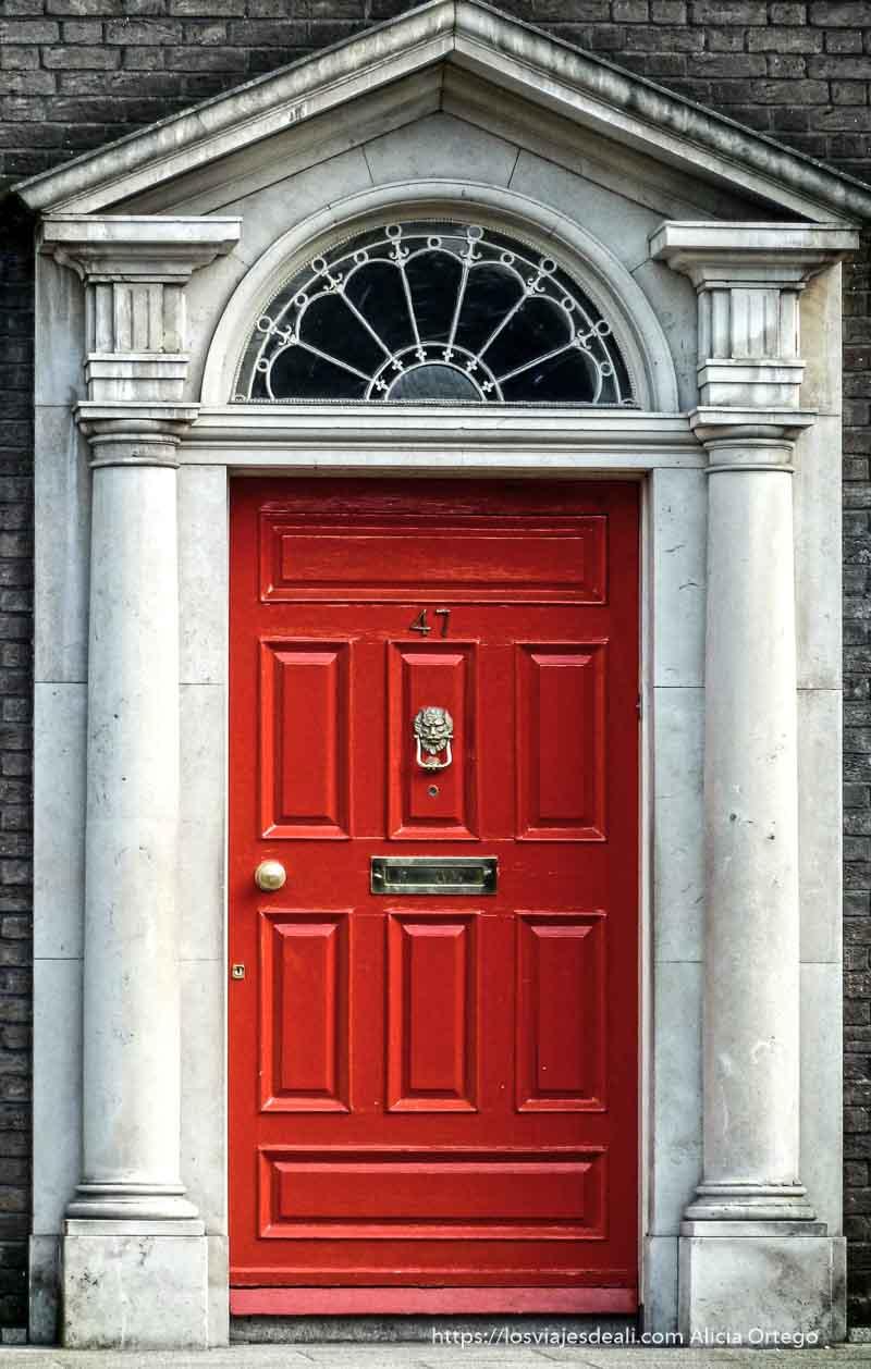 típica puerta roja de dublin