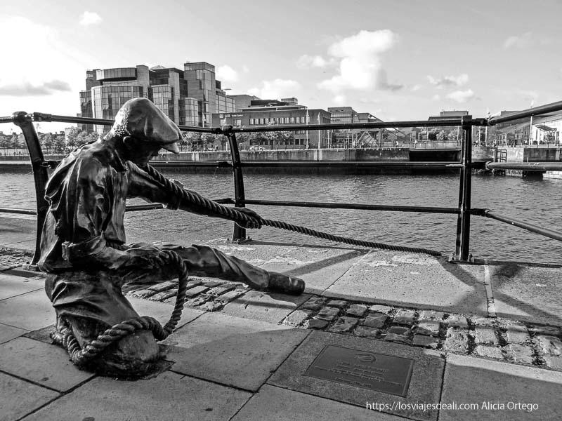 escultura de mozo de puerto en el río liffley en dublin