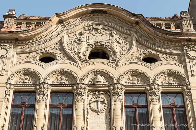 fachada modernista de Brasov con estatuas alrededor de las ventanas