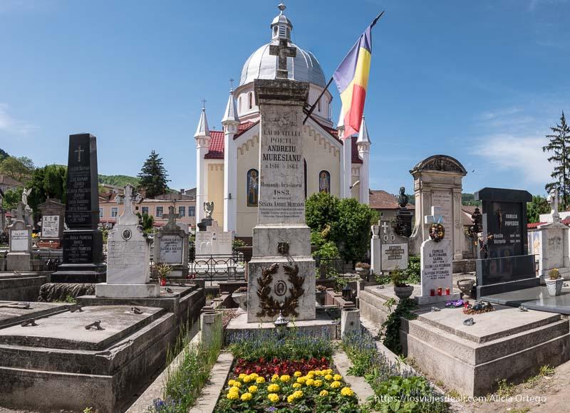 tumba del poeta andreiu muresianu con la bandera rumana