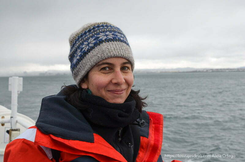 retrato en el barco de la excursión buscando ballenas en islandia