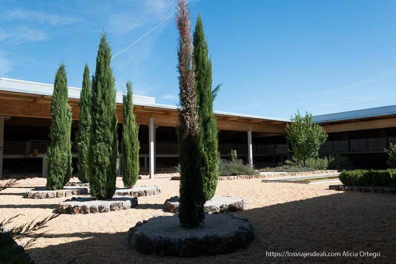 patio de la casa romana la dehesa en cuevas de soria con cipreses y alberca que recoge el agua de lluvia
