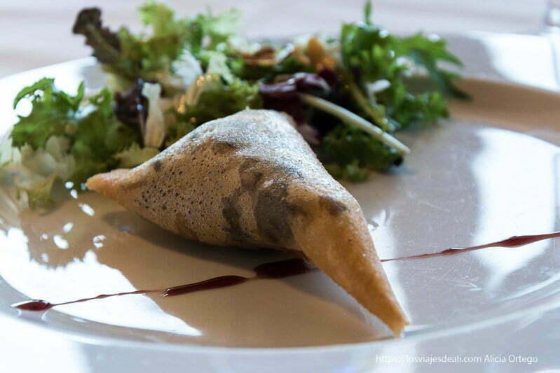 plato de crujiente de setas y langostinos en restaurante de rioseco de Soria