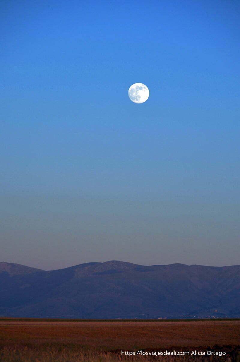 luna llena sobre sierra de Madrid en la hora azul