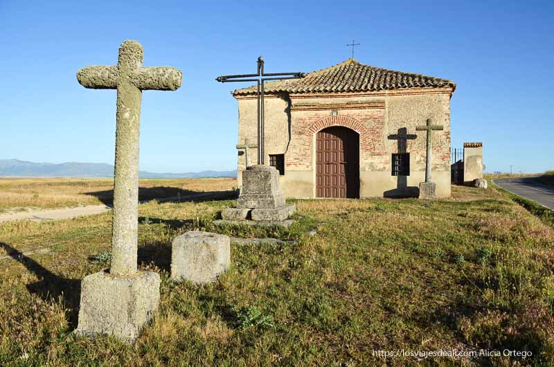 ermita con cruces de piedra delante a la luz del atardecer campos de castilla